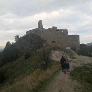 Vandrovka s deťmi za mohutnými kamennými múrmi Čachtického hradu