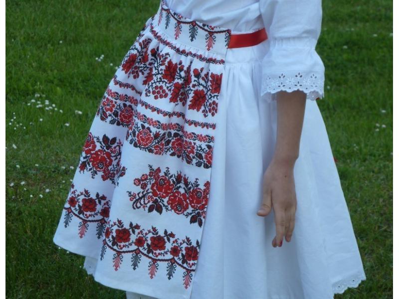 Zásterka dievčenská Vyšívané bordúry ruží