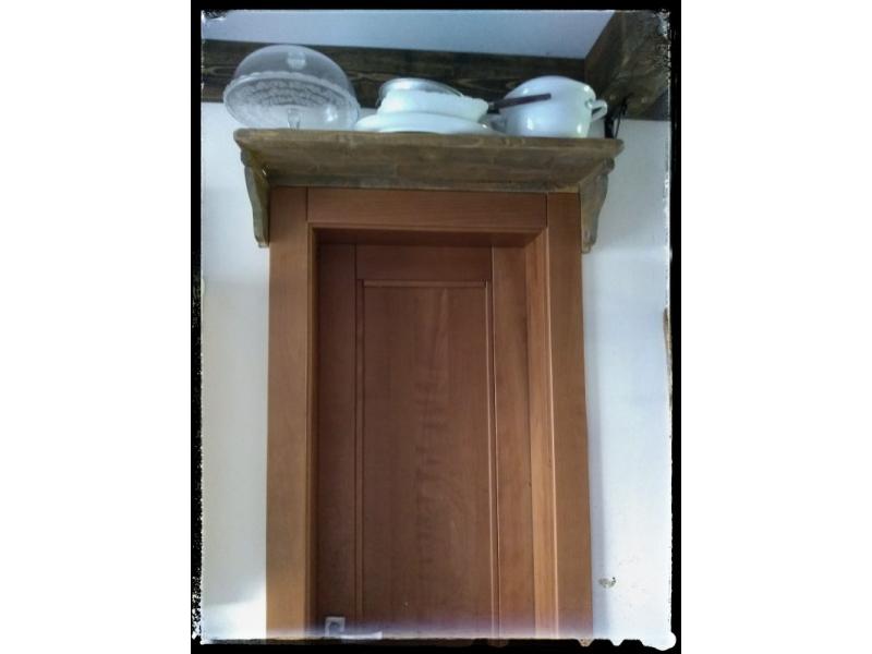 Vidiecka polica nad dvere
