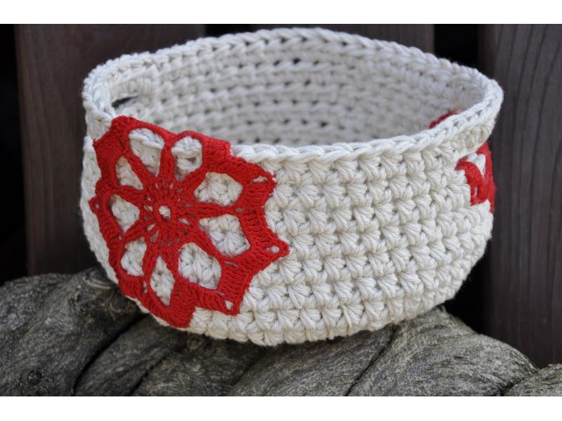 Košík prírodný s červenými kvetmi