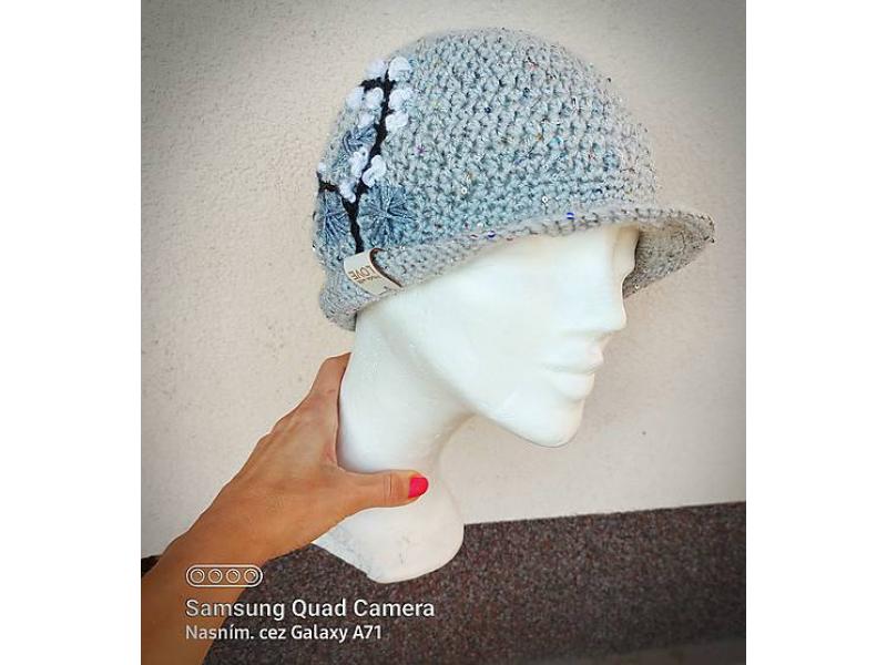 Šedý klobúk s výšivkou