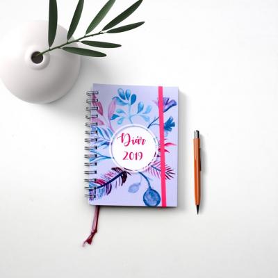 DIár 2019 šedo-fialový s nálepkami