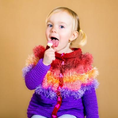 Veselý, chlpatý, pásikavý, farebný svetrík pre dievčatko