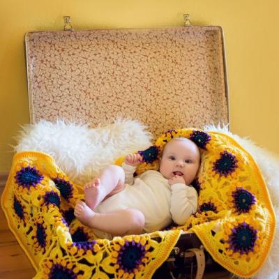 Žlto-fialová háčkovaná štvorčeková deka