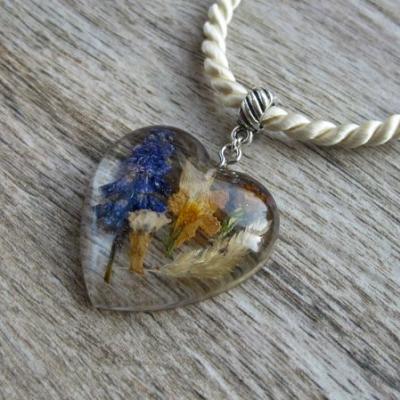 Srdiečko s kvietkami - živicový náhrdelník (srdiečko väčšie s kvietkami, č. 2425)