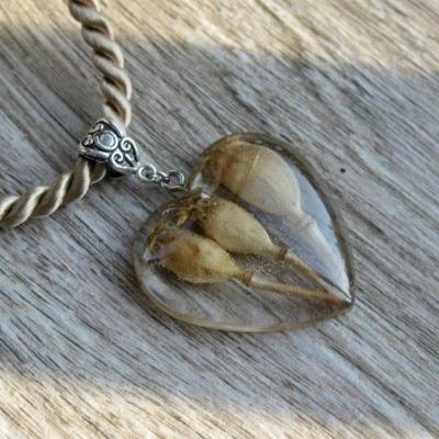 Srdiečko s kvietkami - živicový náhrdelník (s makovičkami č. 2429)