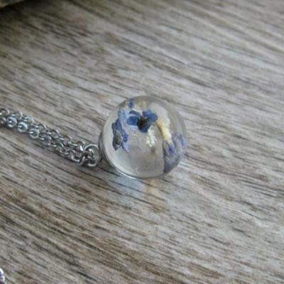 Živicový náhrdelník gulička s kvietkami - chirurgická oceľ (lúčne kvietky , č. 2456)