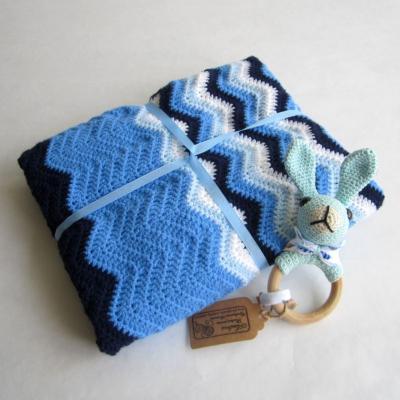Háčkovaná cik - cak deka v modrom