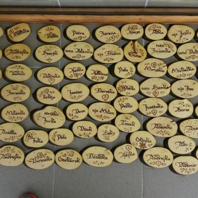 drevené menovky