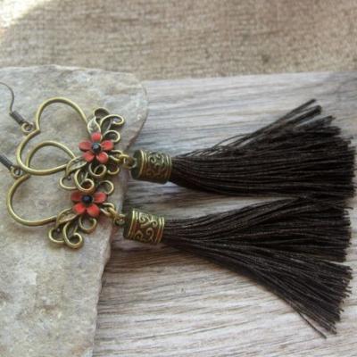 Bronzové náušničky so strapcami (čierne s červenou, č. 2580)
