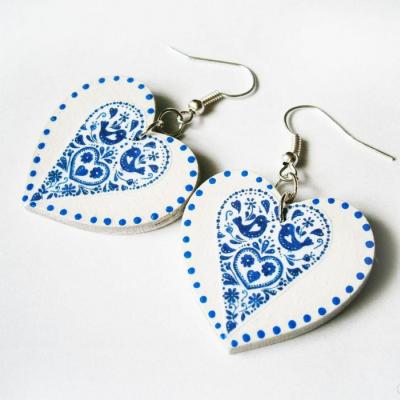 Modro-biele folklórne srdcové náušnice s bodkami