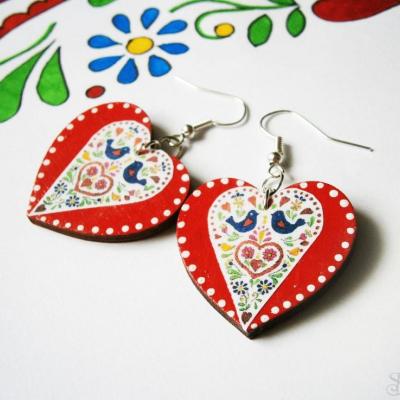 Červeno-farebné folklórne srdcové náušnice s bodkami