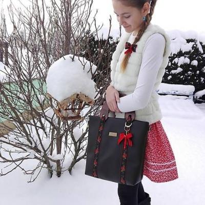 Folklórna kabelka s drevenými rúčkami