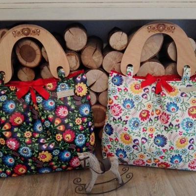 Folklórna kabelka s drevenými rúčkami s gravírom ❤