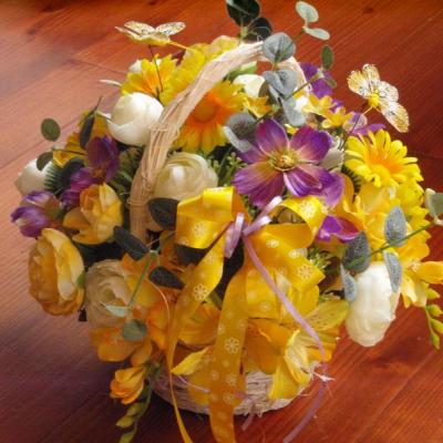 Jarný kvetinový košík s lietajúcimi motýľmi