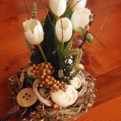 Jarná prírodná dekorácia s tulipánmi v hniezde