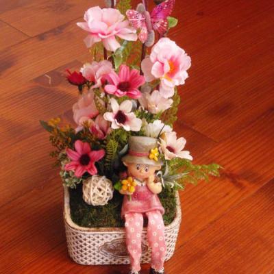 Jarná dekorácia s dievčatkom v keramike