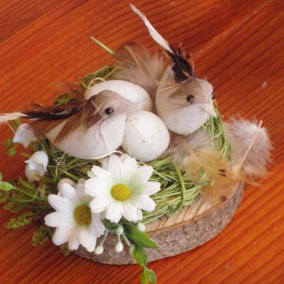 Veľkonočná dekorácia s vtáčikmi v hniezde na dreve