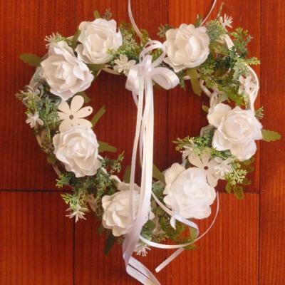 Biele srdiečko s ružami