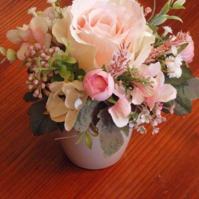 Dekorácia s ružou v hrnčeku aj pre učiteĺku