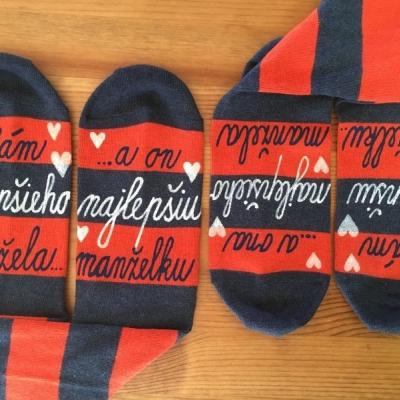 Set maľovaných pásikavých ponožiek ako svadobný dar alebo k výročiu svadby