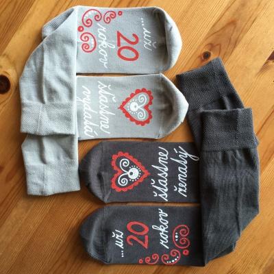 Originálne sivé MAĽOVANÉ ponožky k výročiu svadby
