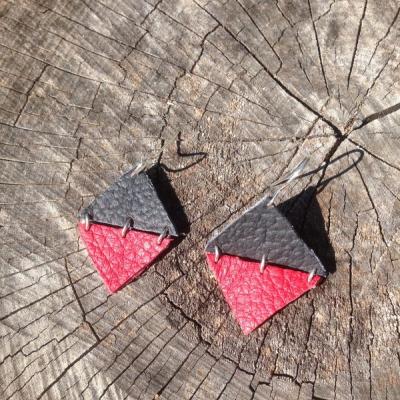 Minimalistické čierno-červené kožené náušnice