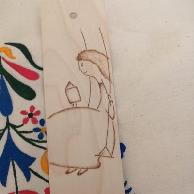 Drevená záložka do knihy - dievčatko na hojdačke
