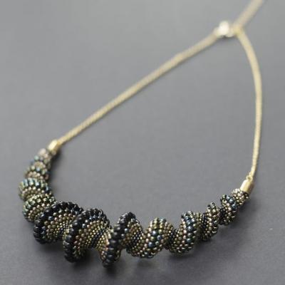 Čierno-zeleno-zlatý náhrdelník na retiazke