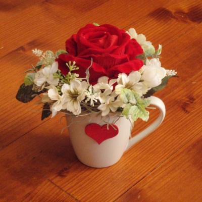 Zamatová ruža v hrnčeku so srdcom