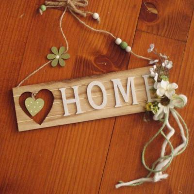 Drevená tabuľka s nápisom HOME