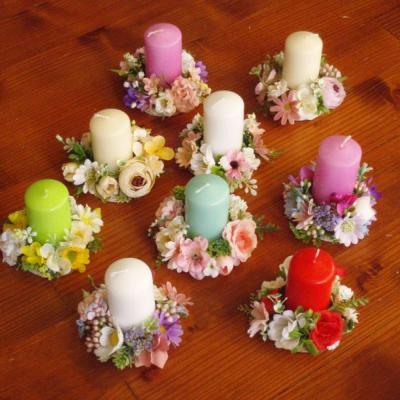 Kvetinové svietniky so sviečkou na dreve aj pre učiteľky