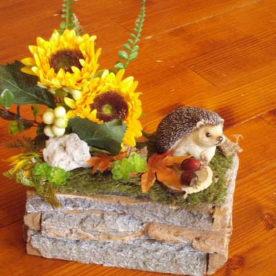 Jesenná dekorácia s ježkom a slnečnicami