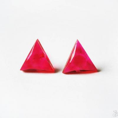 Cyklámenové trojuholníky - živicové antialergické napichovcie náušnice