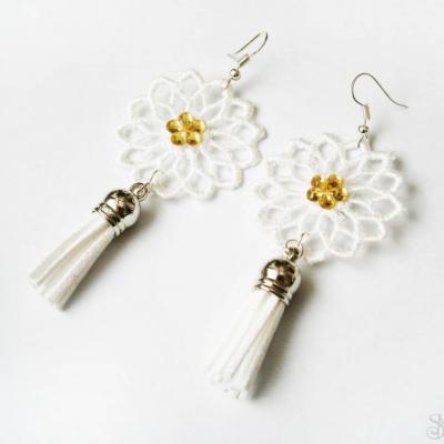 Elegantné biele čipkované náušnice so strapcami so žltým kamienkom