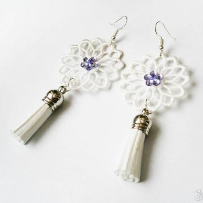 Elegantné biele čipkované náušnice so strapcami a fialovým kamienkom