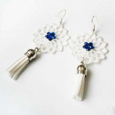 Elegantné biele čipkované náušnice so strapcami a modrým kamienkom