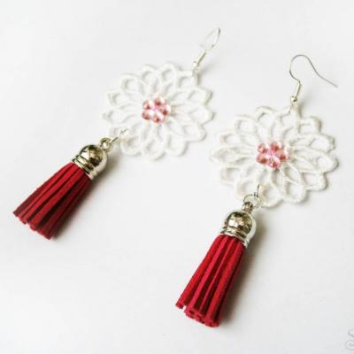 Elegantné ružové čipkované náušnice so strapcami kamienkami