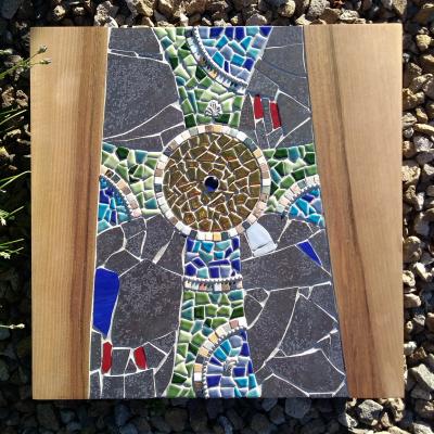 Mozaika kríža v orechovom dreve