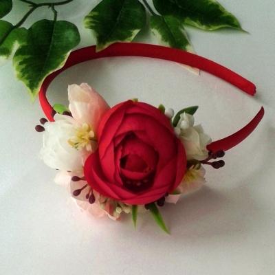 Kvetinová čelenka v červenej