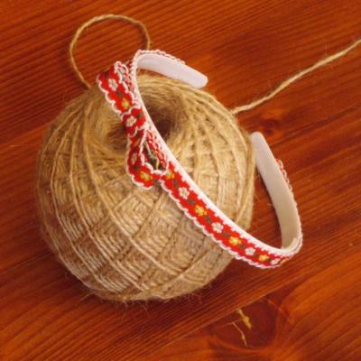 ěrvená folklórna čelenka s mašľou