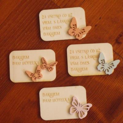 Drevená magnetka s farebným motýľom