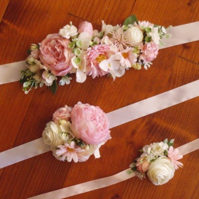 Ružovo-biely kvetinový opasok
