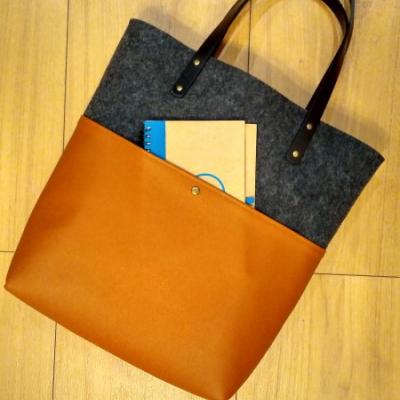 Filcová kabelka s koženkou