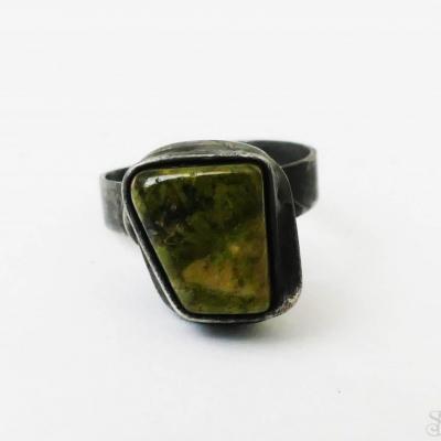 Cínovaný (tiffany) prsteň s liečivým polodrahokamom unakitom