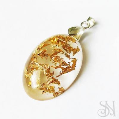 Zlatý oválny prívesok zo živice - striebro 925