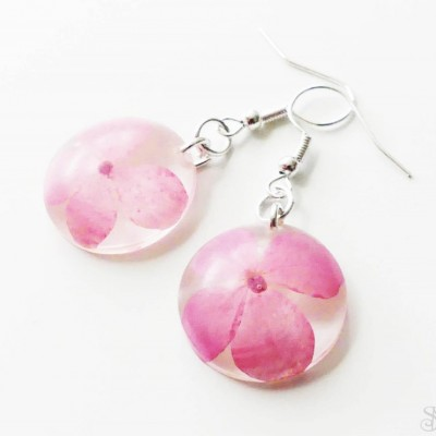 Jemné ružové kruhové náušnice zo živice s kvetmi