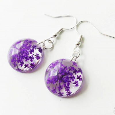 Jemné fialové kruhové náušnice zo živice s kvetmi
