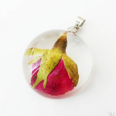 Polguľový živicový prívesok s bordovou ružou