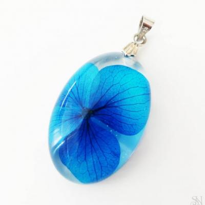 Oválny živicový prívesok s modrým kvetom